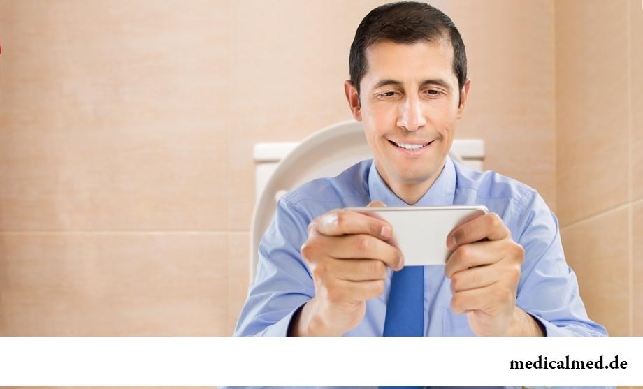 Длительное сидение в туалете - одна из причин обострения геморроя