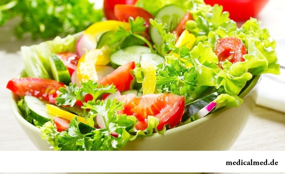 Салат из овощей и зелени