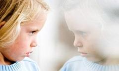 Отсутствие интереса к игрушкам - один из симптомов аутизма