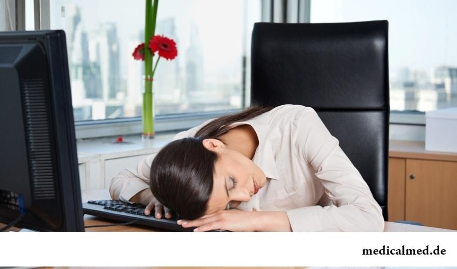 Постоянная усталость - один из признаков гормонального сбоя у женщины