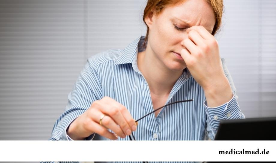 Переутомление - одна из причин появления мешков под глазами
