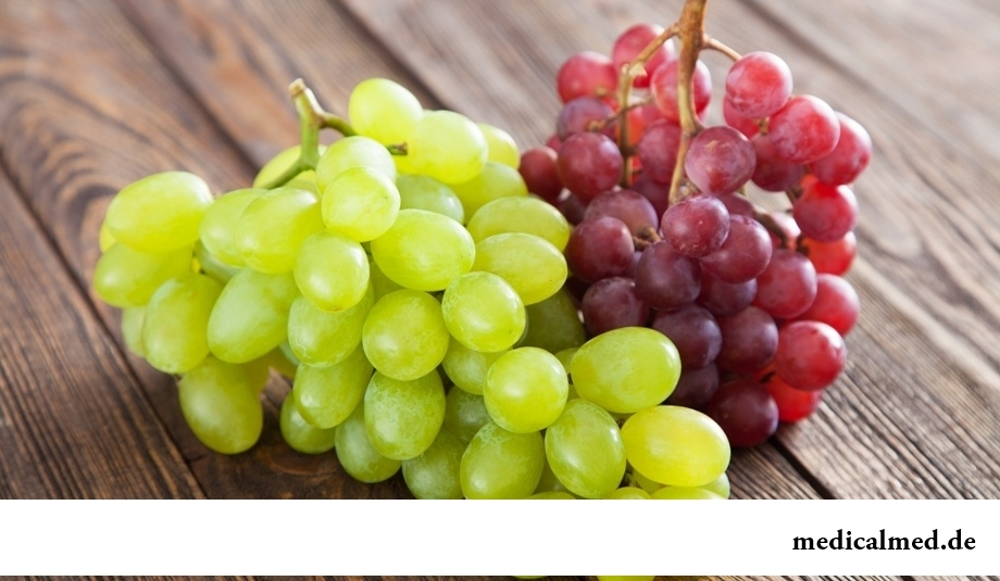 Виноград белый и красный